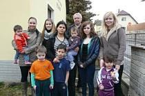 Na snímku před azylovým domem jsou tři praktikantky Michaela Pauknerová, Nikola Němcová a Markéta Veselá. Na snímku jsme zachytili také sociální pracovnici E. Rytířovou a kněze S. Zápotockého.