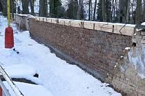 O tom, kdo zeď opraví, se město a církev dohadovaly už letošního září.
