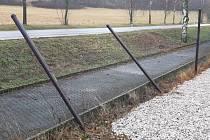 Areál Nového rybníka v Příbrami: terčem vandalů se stal plot areálu minigolfu.