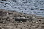 Pokles hladiny Vltavy na Orlické přehradě.