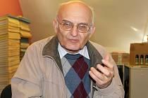 Josef Fryš věnuje Příbrami k 800 letům od založení knihu jako dárek.