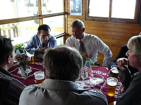 Richard Graber diskutuje se starosty v gril baru v Míšově.