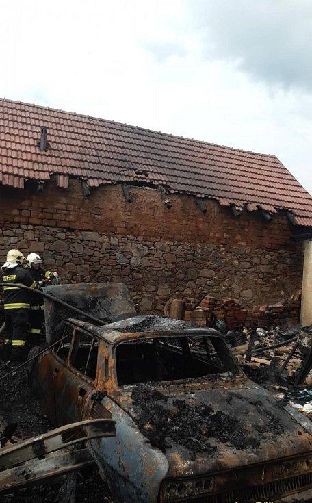 Z požáru domu a přístřešku v Luhách na Příbramsku.