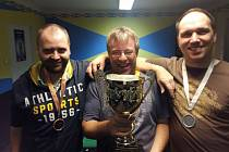 RADOST. Příbramští šipkaři zleva Michal Benkovský, Martin Pelikán a Petr Dian se radují ze zisku trofeje