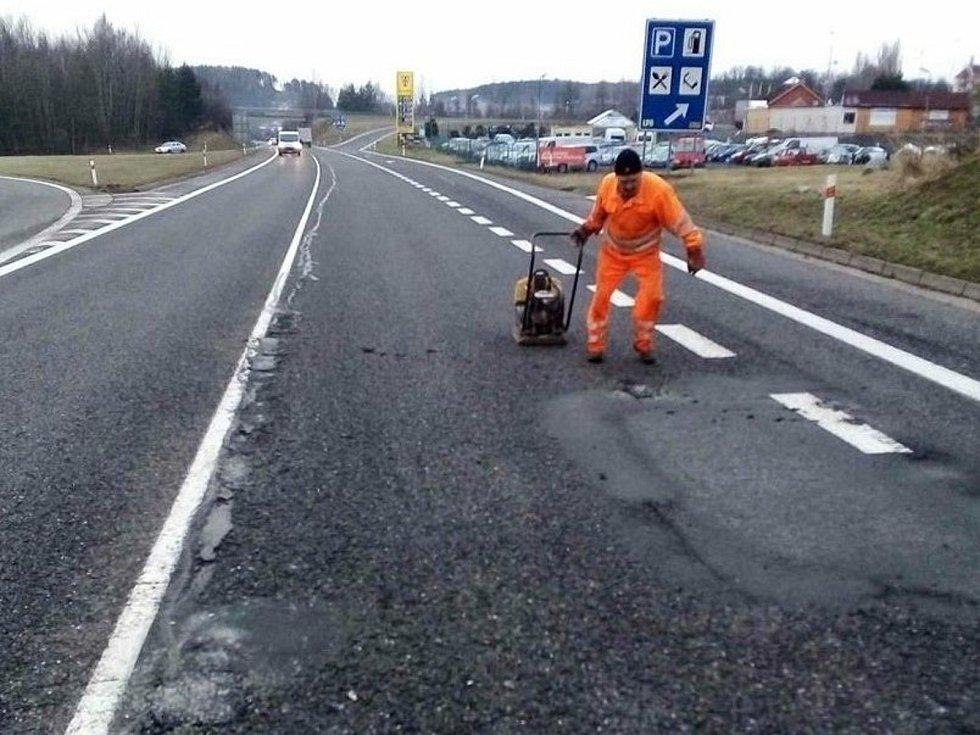 Oprava výtluků na silnici.