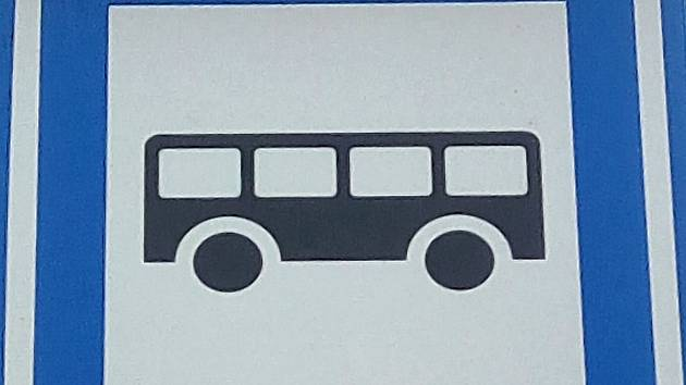 Dodávka téměř sestřelila autobus. Cestující zachránil pohotový řidič