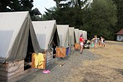 Skauti z Rožmitálu táboří v lokalitě Na Dědku v Brdských lesích.