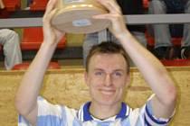 Loni zvedl nad hlavu pohár pro vítěze okresního futsalového přeboru Hynek Holan z týmu FC 83. Kdo to bude letos?