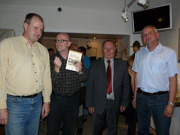 NOVOU PUBLIKACI Stopou dějin Sedlčanky vypravili ke čtenářům: (zleva) Jiří Urban, Martin Navrátil v pátek  v podvečer.