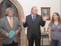 Výstavu zahájil starosta Josef Řihák spolu s ředitelem Hornického muzea Příbram Josefem Velflem (uprostřed) a autorkou výstavy Klárou Posekanou.