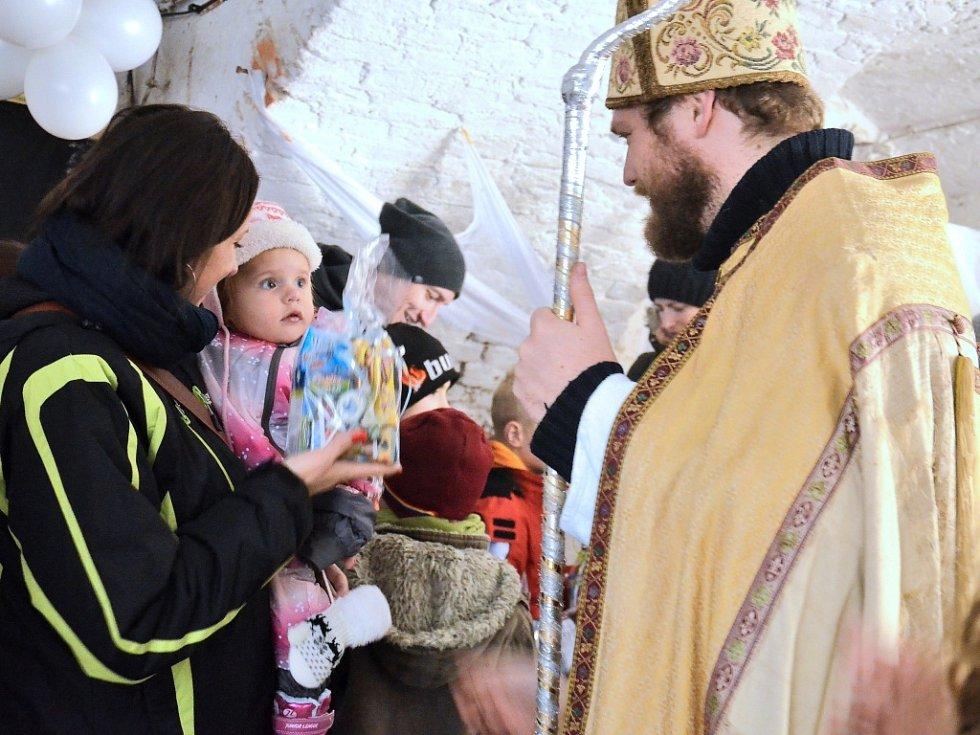 Březnické podzemí navštívili v sobotu čerti, andělé a Mikuláš. Trestali, lákali ke karbanu i obdarovávali.