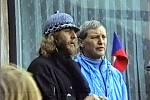 Jaroslav Fous (vlevo) v rekreačním areálu Komunistické strany Československa Vystrkov 26. prosince 1989, kam se vydal průvod demonstrantů z Příbrami.