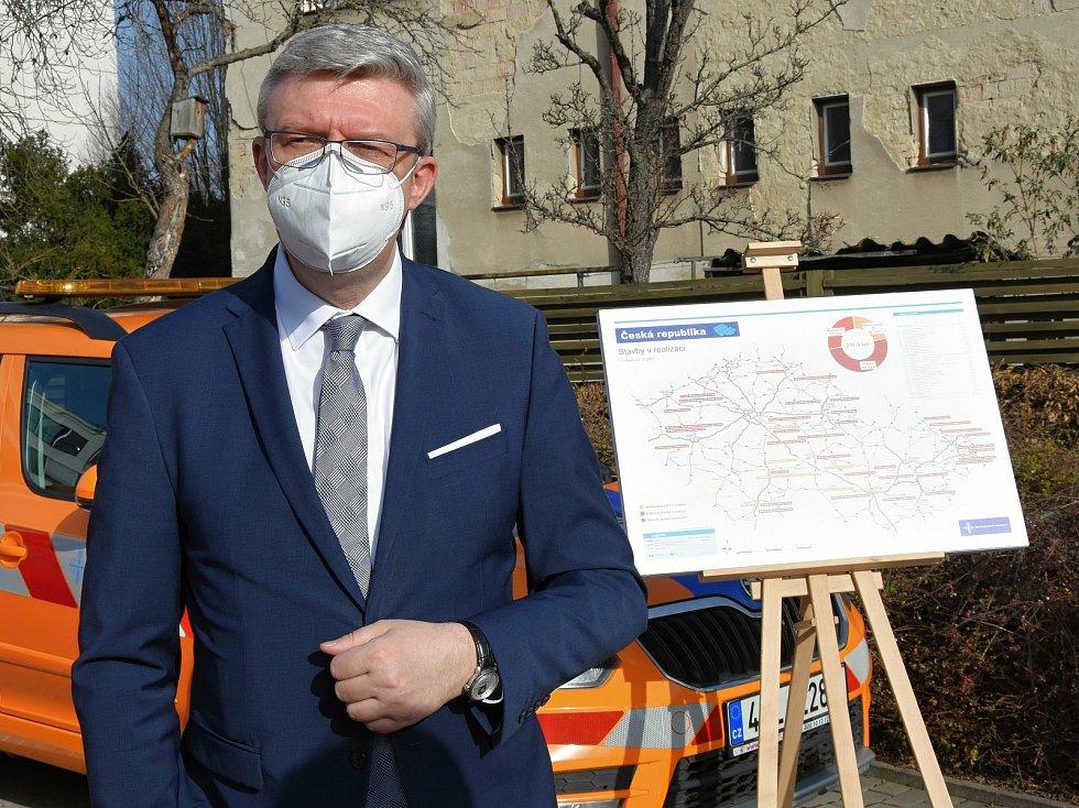 Z tiskové konference v Praze ohledně plánů na budování a rekonstrukce dálnic a silnic I. třídy. Na snímku ministr dopravy Karel Havlíček.