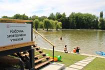 Půjčovna sportovního vybavení v areálu Nového rybníka v Příbrami.