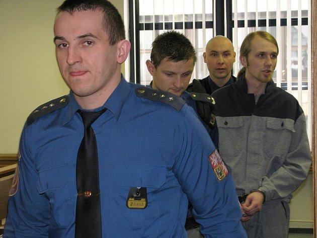 Filip Bejšovec u příbramského soudu za rasový útok v Počepicích.