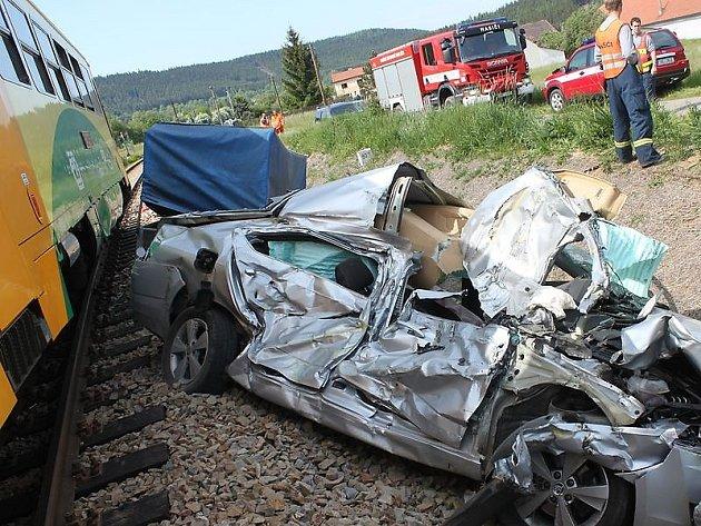 SMRTELNÁ nehoda na přejezdu v Bratkovicích.