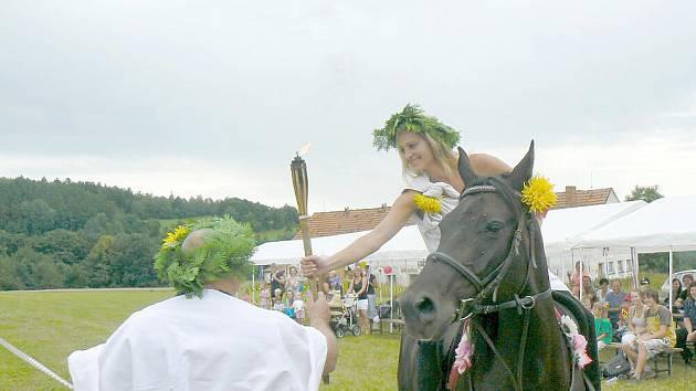 OLYMPIJSKÝ oheň přivezla na koni bohyně Athéna, která jej předala bohu Diovi a ten zapálil věčný plamen, nad kterým se tyčila originální vlajka těchto her.