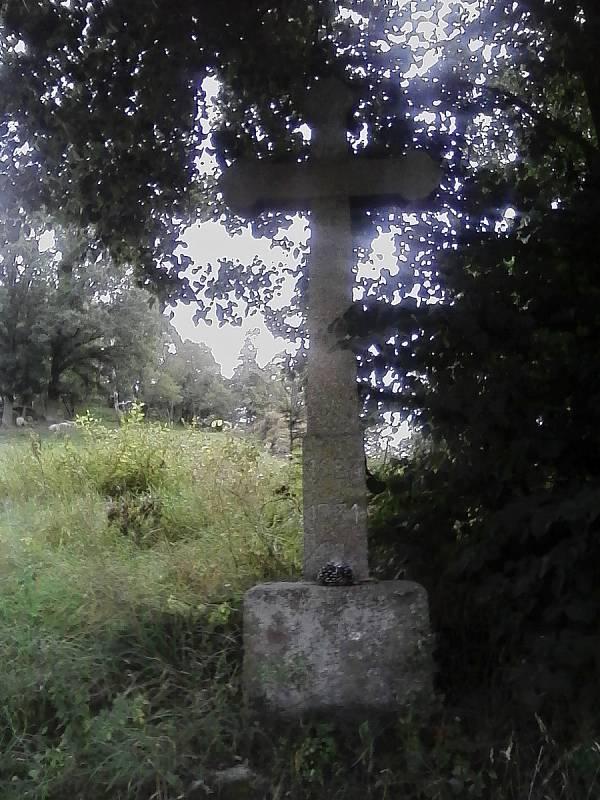 Kamenný kříž u cesty z roku 1963.