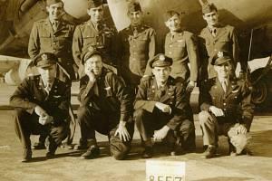 Posádka jednoho ze sestřelených spojeneckých amerických bombardérů, letounu B-17G.