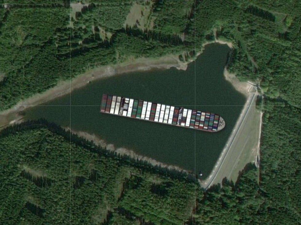 Loď Ever Given na brdské nádrži Pilská.
