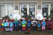 Do výroby sněhuláků se zapojila i Mateřská škola ze Staré Hutě. Ve dnech, kdy byl sníh, stavěly sněhuláky, a když to nebylo možné, tak je alespoň kreslily, malovaly a vyráběly.