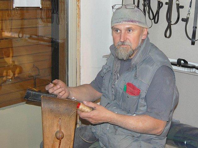 Sedlář Vlasta Kozák.
