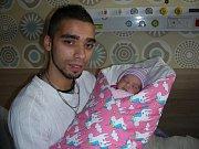 Novopečený tatínek Martin Bílý chová v náručí dceru Marii, kterou přivedla na svět 12. prosince 2017 v hořovické porodnici maminka Nela Kievaková. Maruška Kievaková vážila po porodu 2,50 kg. Rodina žije v Příbrami.