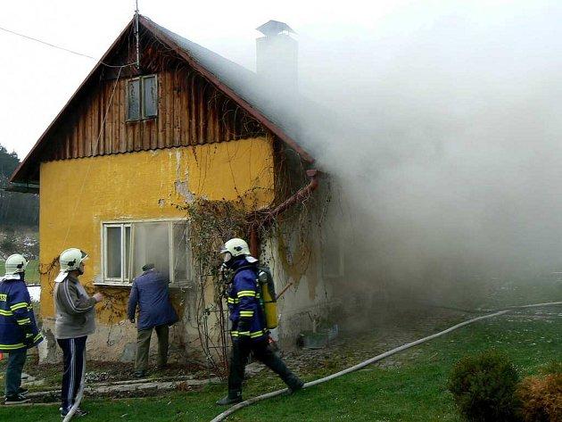 Požár domu v obci Obory.
