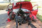 K vážné nehodě u Sedlčan došlo 10. července, kdy po projetí zatáčky auto narazilo do stromu: Jeho řidič byl letecky transportovaný do nemocnice.