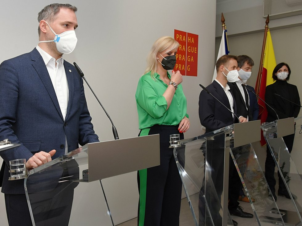 Tisková konference 16. dubna 2021: Zdeněk Hřib, Petra Pecková, Vít Šimral, Milan Vácha, Tomáš Portlík, Laura Roden.