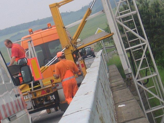 Pracovníci diagnostické firmy při testování mostu na Skalce u Příbrami.