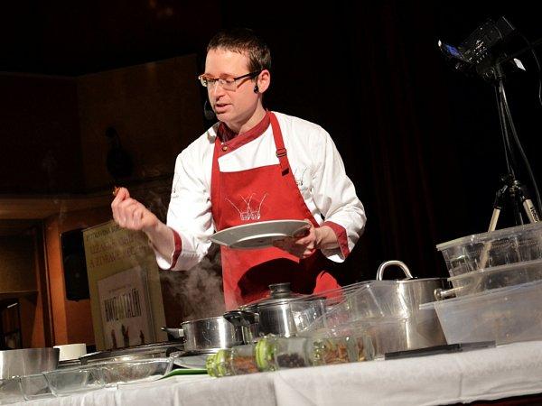 Labužníci ochutnali vBřeznici hmyzí pokrmy od kuchaře Petra Ocknechta.