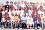 Žáci třídy 4.A z 1. Základní školy v Dobříši ve školním roce 1985/1986.