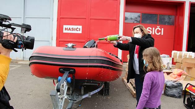 Kamýk nad Vltavou získal díky programu Odolná obec pro své dobrovolné hasiče nový motorový člun a další vybavení pro případ krizových událostí.