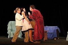Z představení hry Lakomec v podání divadelního spolku Půlnoc.