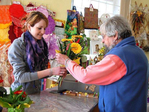 Muži nakupují květiny pro ženy k MDŽ.