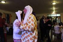 Taneční parket ovládli tanečníci v pyžamech, nočních košilích, ale i v nejrůznějších maskách.