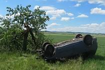 Dopravní nehoda z úterý 2. června 2020 u Obořiště: vozidlo při údajnému vyhýbání zvěři narazilo do stromu, hmotná škoda činila 51 tisíc korun.