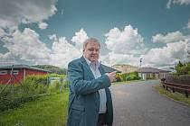 Starosta Petrovic Petr Štěpánek a za ním halda hlušiny po těžbě uranu