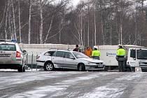 Řidiči nemusí hlásit nehody při nichž je škoda nižší než 100 tisíc korun. Nesmí ovšem dojít ke zranění nebo dokonce usmrcení osob. Na snímku je dopravní nehoda, která se stala v týdnu u osady Brod a při níž bylo pět zraněných.