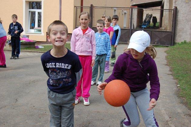 Školáci v Pičíně při hodině tělocviku.