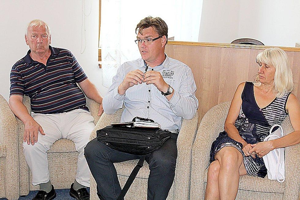 Schůzka v Milíně kvůli haldě č. 15 u Brodu. Zleva Josef Hovorka z Brodu, Petr Štěpánek z místního osadního výboru, vpravo Jana Čechová z Osadního výboru Žežice.