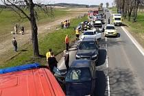 Z hromadné nehody mezi Milínem a Chrašticemi 24. dubna 2021.