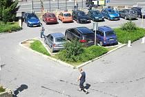 Parkoviště Zlatý kříž v Jiráskových sadech, kde se už znovu platí parkovné v automatech.