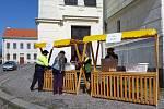 Rozdávání roušek na březohorském náměstí J. A. Alise. Foto: Eva Švehlová