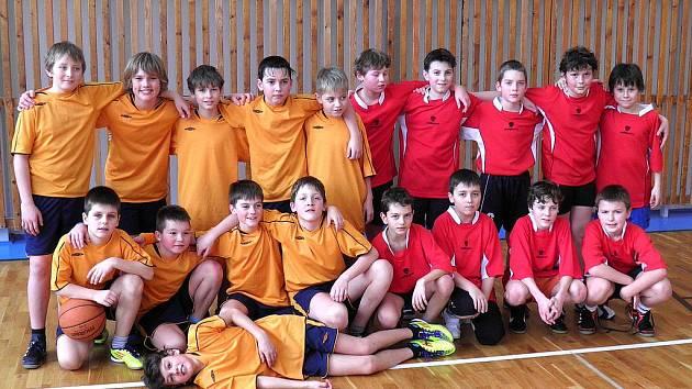 Dva nejlepší týmy minibasketbalu chlapců 4. a 5. tříd. V oranžovém družstvo ZŠ Příbram Březové Hory, v červeném kluci ze ZŠ Příbram Školní.