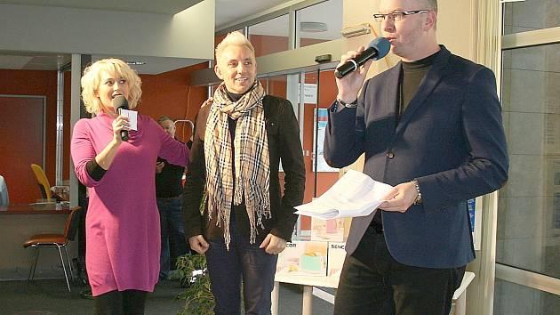 Herečka Miluše Bittnerová a René Kekely v roli moderátorů zpovídají známého českého vizážistu Káju Pavlíčka.