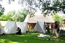 Návštěvníci se budou moci přenést do poloviny 18. století do vesnice, kde se dočasně usadila vojenská jednotka, podívat se pod ruce řemeslníkům, vyzkoušet si nejrůznější dovednosti a vyslechnout vyprávění o životě v tehdejší armádě.