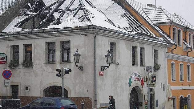 Střechu u pizzerie Luigi na Březových Horách v Příbrami zničil požár