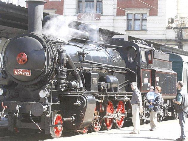 Soupravu z historických vozů 3. třídy a bufetového vozu poveze parní lokomotiva, takzvaný Čtyřkolák (434.2186) z roku 1917.